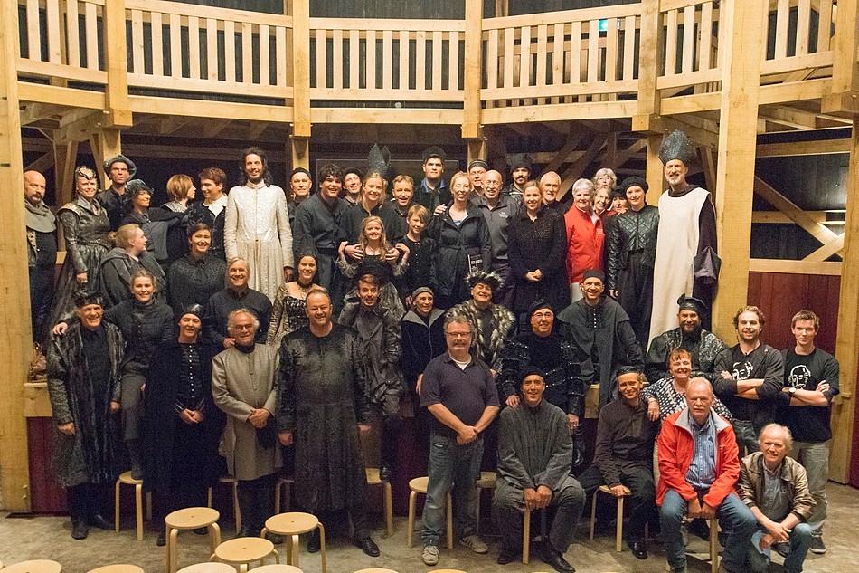 Dr. Pol en zijn vrouw met de volledige cast en een aantal medewerkers van Richard III. Foto: Koen Timmerman
