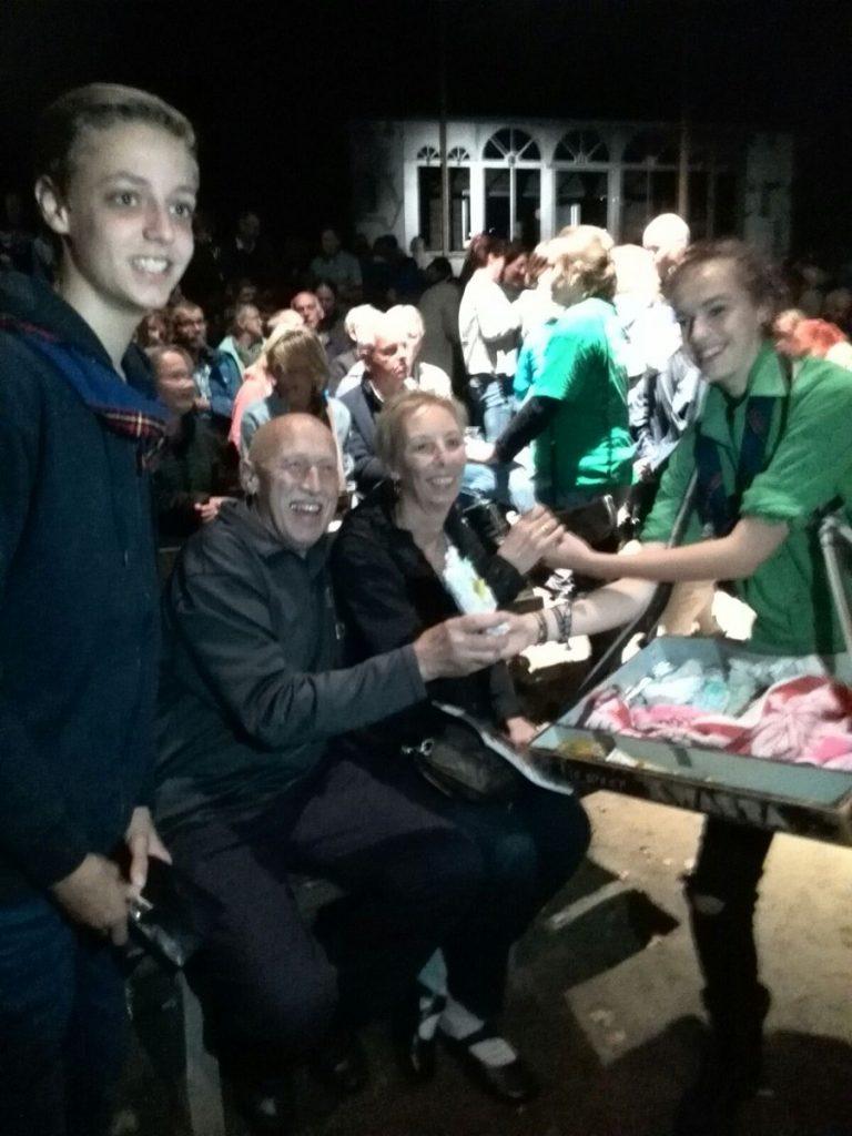 Dr. Pol krijgt een worst van Scouting Diever. Foto: Scouting Diever