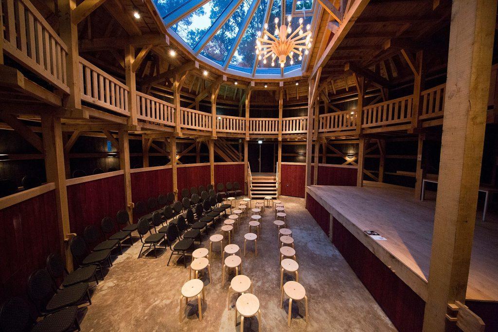 Binnenzijde Globetheater in Diever Shakespeare Midzomernachtdroom